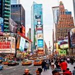 Mujer caminando por Nueva York sin pantalones